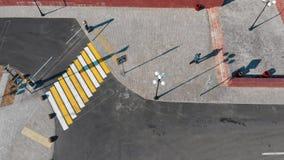 Satellietbeeld van stedelijke straten crosswalk Mens het lopen stock footage