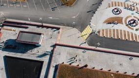 Satellietbeeld van stedelijke straten Drie parkourmensen het lopen stock footage
