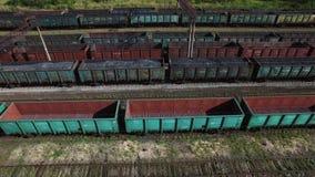 Satellietbeeld van steenkooltreinen in een vrachtdepot - steenkool, mijnbouw, trein stock videobeelden