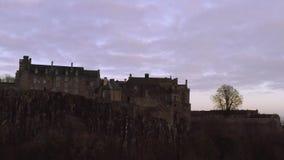 Satellietbeeld van Stirling Castle bovenop de rotsachtige heuvel in centraal Schotland stock footage