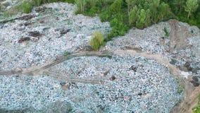 Satellietbeeld van stortplaats in bosverontreinigingsconcept, hoogste mening stock video