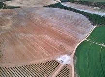 Satellietbeeld van texturen Rijen van grond met aanplantingen De patroonrijen van voren op een geploegd gebied troffen voorbereid royalty-vrije stock fotografie