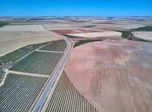 Satellietbeeld van texturen Rijen van grond met aanplantingen De patroonrijen van voren op een geploegd gebied troffen voorbereid royalty-vrije stock foto's