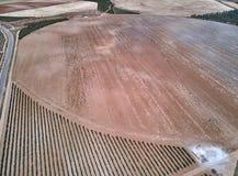 Satellietbeeld van texturen Rijen van grond met aanplantingen De patroonrijen van voren op een geploegd gebied troffen voorbereid stock foto