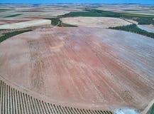 Satellietbeeld van texturen Rijen van grond met aanplantingen De patroonrijen van voren op een geploegd gebied troffen voorbereid stock foto's