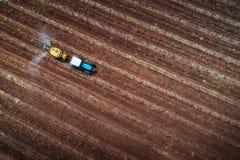 Satellietbeeld van tractor bespuitende wijngaard met fungicide stock foto's