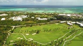 Satellietbeeld van tropische Cara?bische strandtoevlucht en golfcursus Punta Cana stock footage