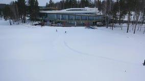 Satellietbeeld van twee atleten die aan de skiconcurrentie deelnemen en op de afwerking neerkomen lengte Sporten en stock video