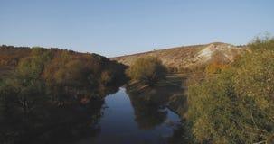 Satellietbeeld van verbazend landschap van een meer en een berg in het midden van de herfst met prachtige kleuren stock videobeelden