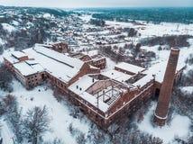 Satellietbeeld van verlaten en geruïneerde rode baksteenfabriek in sneeuw de winterlandschap royalty-vrije stock foto's