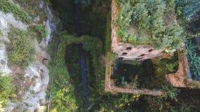 Satellietbeeld van Verlaten oude molen in de kloof De stad van Sorrento, Italië, straat van bergen oude stad, toerismeconcept stock foto
