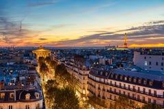 Satellietbeeld van Verlicht Parijs bij Schemer met de Toren van Eiffel royalty-vrije stock afbeeldingen