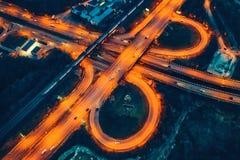 Satellietbeeld van vervoerverbinding, stadswegen, hoogste mening van hommel, autoverkeer bij nacht stock afbeelding