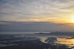 Satellietbeeld van vliegtuig van Antilopeeiland bij zonsondergang, mening van Anderhalve liter flessen, die cloudscape bij zonsop stock afbeeldingen