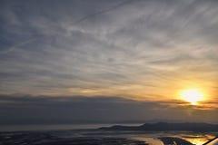 Satellietbeeld van vliegtuig van Antilopeeiland bij zonsondergang, mening van Anderhalve liter flessen, die cloudscape bij zonsop royalty-vrije stock foto