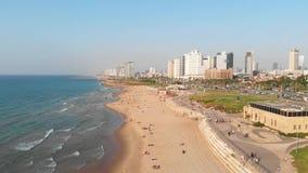 Satellietbeeld van vlucht boven Tel Aviv, Israël met stadshorizon Heldendicht over overzeese kust wordt geschoten die Verbazend l stock videobeelden
