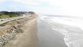 Satellietbeeld van Vreedzame kust dichtbij Big Sur, Californië stock footage
