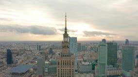 Satellietbeeld van Warshau dawntown, Paleis van Cultuur, Polen stock video