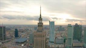 Satellietbeeld van Warshau dawntown, Paleis van Cultuur, Polen stock videobeelden
