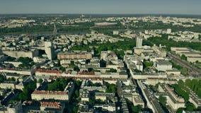 Satellietbeeld van Warshau van het stadscentrum naar de Vistula-Rivier polen stock video