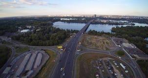 Satellietbeeld van weguitwisseling in de rivier uptown parkeerterrein van Kiev de Oekraïne Dnipro stock video