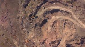 Satellietbeeld van werkend graafwerktuig in de bovengrondse mijn Cameravlucht over industrieel landschap stock videobeelden