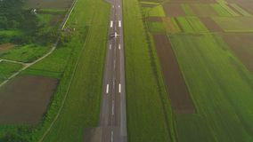 Satellietbeeld van witte vliegtuig lancering van startvluchteling in de lucht 4K stock videobeelden