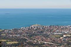 Satellietbeeld van Wollongong-stadscentrum met vuurtorenoriëntatiepunt op heuvel stock foto