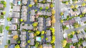 Satellietbeeld van woonhuizen bij de lente Amerikaanse buurt, voorstad Onroerende goederen, hommelschoten, zonsondergang, zonlich stock videobeelden