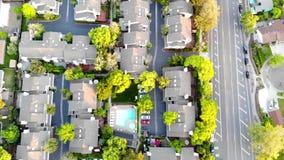 Satellietbeeld van woonhuizen bij de lente Amerikaanse buurt, voorstad Onroerende goederen, hommelschoten, zonsondergang, zonlich stock video