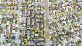 Satellietbeeld van woonhuizen bij de lente Amerikaanse buurt, voorstad Onroerende goederen, hommelschoten, zonsondergang, zonlich stock footage