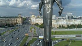 Satellietbeeld van Yuri Gagarin-monument op Gagarin-Vierkant in Moskou stock video