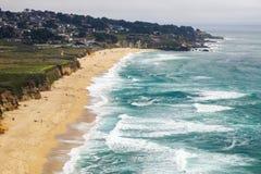 Satellietbeeld van zandig strand in Montara, de Vreedzame Oceaankustlijn, Californië royalty-vrije stock fotografie