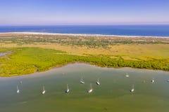 Satellietbeeld van zeilboten op rivier naast oceaan in Heilige Augustine stock foto