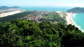 Satellietbeeld vanaf de bovenkant van Morro das Aranhas Praia do Santinho, Floripa stock videobeelden