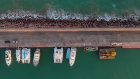 Satellietbeeld vaste overheadkosten van boten in de haven, met mensen het lopen stock videobeelden