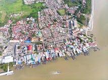 Satellietbeeld in vissersdorp stock afbeeldingen