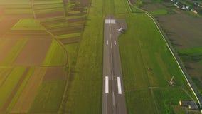 Satellietbeeld of vogelperspectief van een klein vliegtuig die een startlijn aanzetten 4K stock video