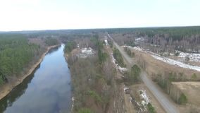 Satellietbeeld voorbij weg en rivier stock videobeelden