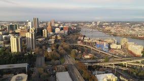 Satellietbeeld Zuid-Waterkant die het Noorden in Portland Van de binnenstad Oregon kijken stock video