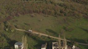 Satellietbeeldauto het drijven op de bosweg van het land gaat rond hindernis De zomerreis stock videobeelden