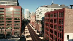Satellietbeeldtrein die de bouw Chicago van de binnenstad Illinois overgaan stock video