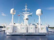 Satellietcommunicatieantenne en navigatiesysteem van schip royalty-vrije stock foto