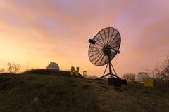 Satellietdieschotel in een astronomisch waarnemingscentrum wordt gebruikt Royalty-vrije Stock Fotografie