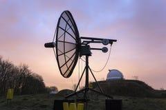 Satellietdieschotel in een astronomisch waarnemingscentrum wordt gebruikt Stock Fotografie