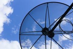 Satellietschotel aan de hemel op blauwe hemelachtergrond met uiterst kleine wolk Stock Foto's