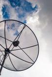 Satellietschotel in bewolkte dag Stock Foto
