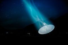 Satellietschotel onder een sterrige nachthemel Stock Afbeeldingen