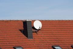 Satellietschotel op een dak Stock Foto