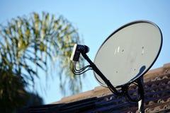 Satellietschotel op het dak van een huis Royalty-vrije Stock Foto